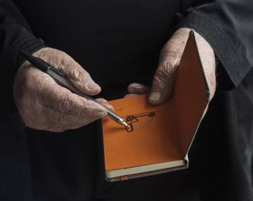 El cuaderno que siempre lleva consigo donde anota lo que le llama la atención.