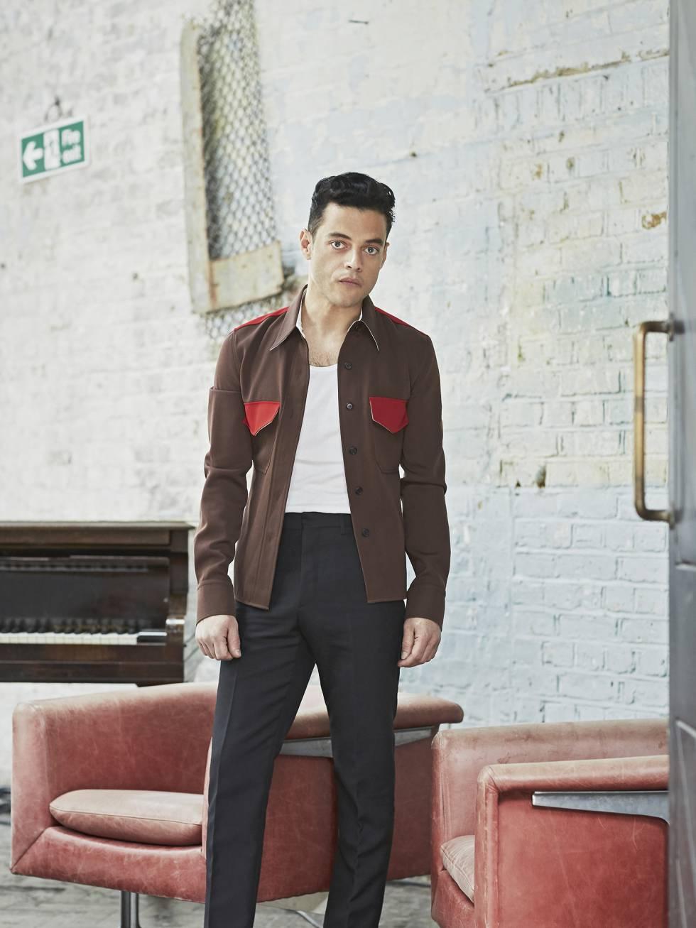 Rami Malek posa para ICON con la boca cerrada, chaqueta, camiseta y pantalones Calvin Klein 205w39nyc y botas Saint Laurent by Anthony Vaccarello.