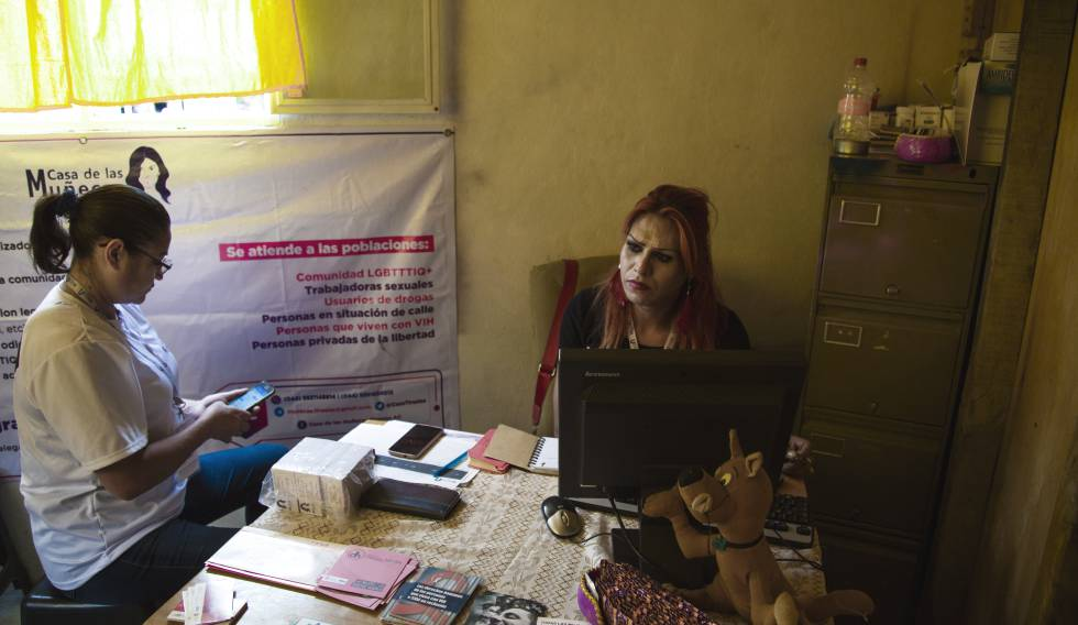 Cuevas fundó Casa de Muñecas Tiresias que, entre otras actividades, ofrece servicios de salud especializados en enfermedades de transmisión sexual (ETS) y VIH, con el que ella lleva viviendo 24 años.