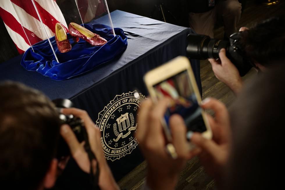 El FBI presentó los zapatos en una urna de cristal.