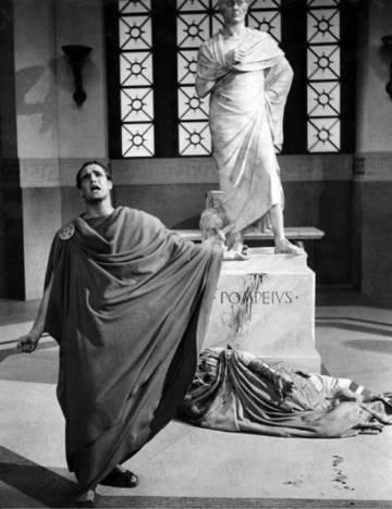 """""""Até tu Brutus, meu filho"""", é a frase que passou a história por serem as últimas palavras de Júlio César antes de morrer. Na imagem, Marlon Brando interpretando Marco Antônio e o corpo de Louis Calhern, que interpretava Júlio César, no filme 'Júlio César' (1953)"""