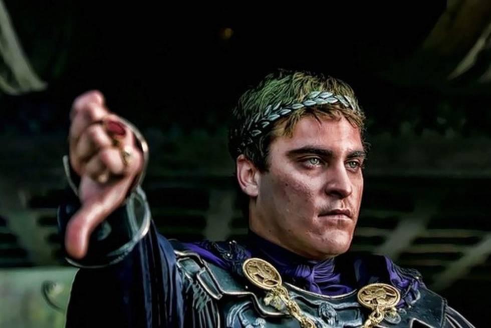 El cine se ha encargado de que creamos que cuando un emperador bajaba su dedo pulgar, como Joaquin Phoenix en esta imagen de 'Gladiator', estaba sentenciando a muerte al gladiador.