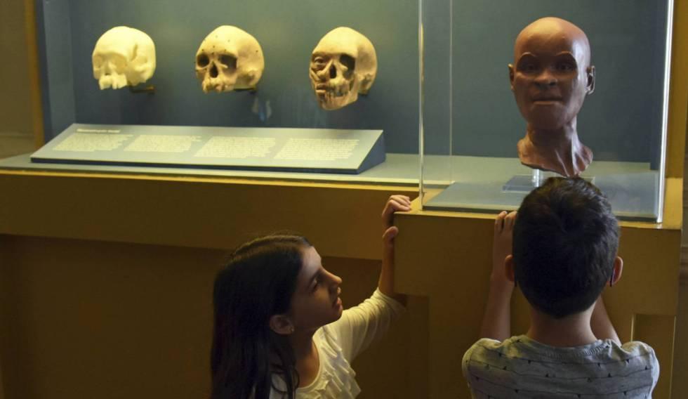 Unos niños observan la reconstrucción de Luzía.