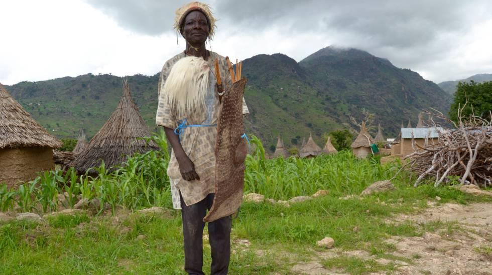 Rabassa Lirdou, miembro del Comité de vigilancia de Ndrock, listo para patrullar la frontera de Camerún con Nigeria.