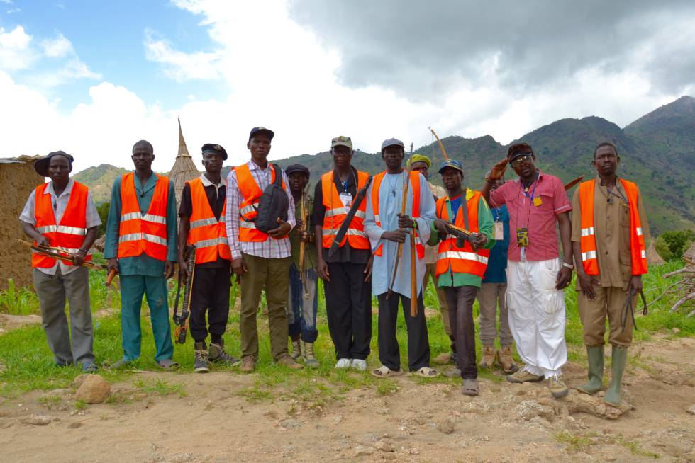 Emmanuel Viziga (cuarto por la izquierda), coordinador de los Comités de vigilancia de Tourou, visita a algunos de sus miembros.