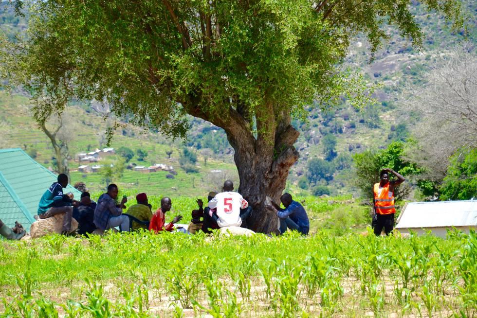 Hombres de Gossi, contempla desde la altura la parte del pueblo y las colinas donde habitan los miembros del Boko Haram.