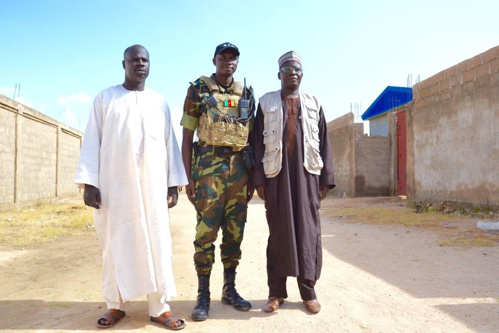 Guina Dillim, comandante de las BIR, en el centro acompañado del concejal  Isakala Guitere (izq.) y el profesor Antonie Bouba presidente del Comité de desarrollo de Tourou.