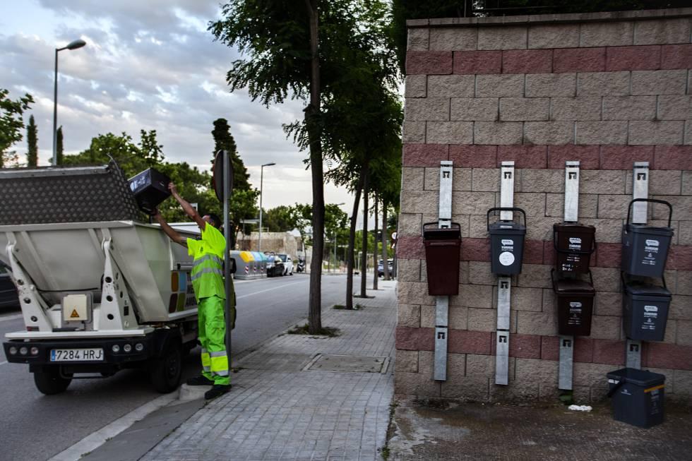 Recogida de basura puerta a puerta en la localidad de Tiana, cerca de Barcelona.