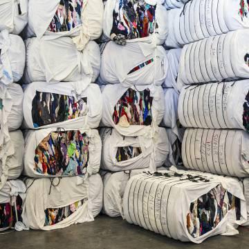 Distintas fases del proceso de la fábrica de reciclaje textil de la ONG Roba Amiga.