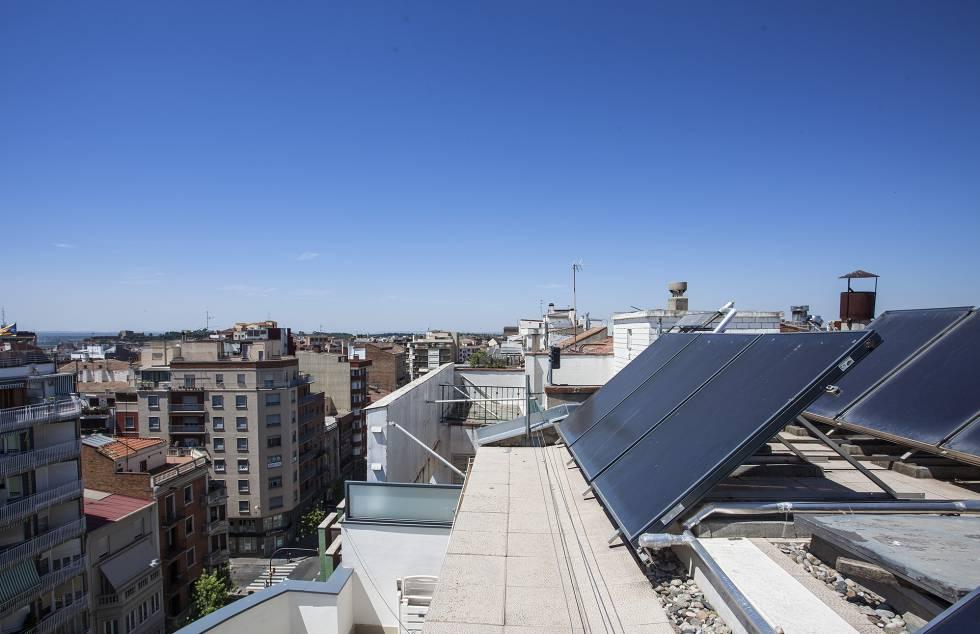 Placas solares en el tejado de un edificio de Barcelona. La Unión Europea quiere que en 2030 el 32% de la energía eléctrica que se consuma provenga de fuentes renovables.