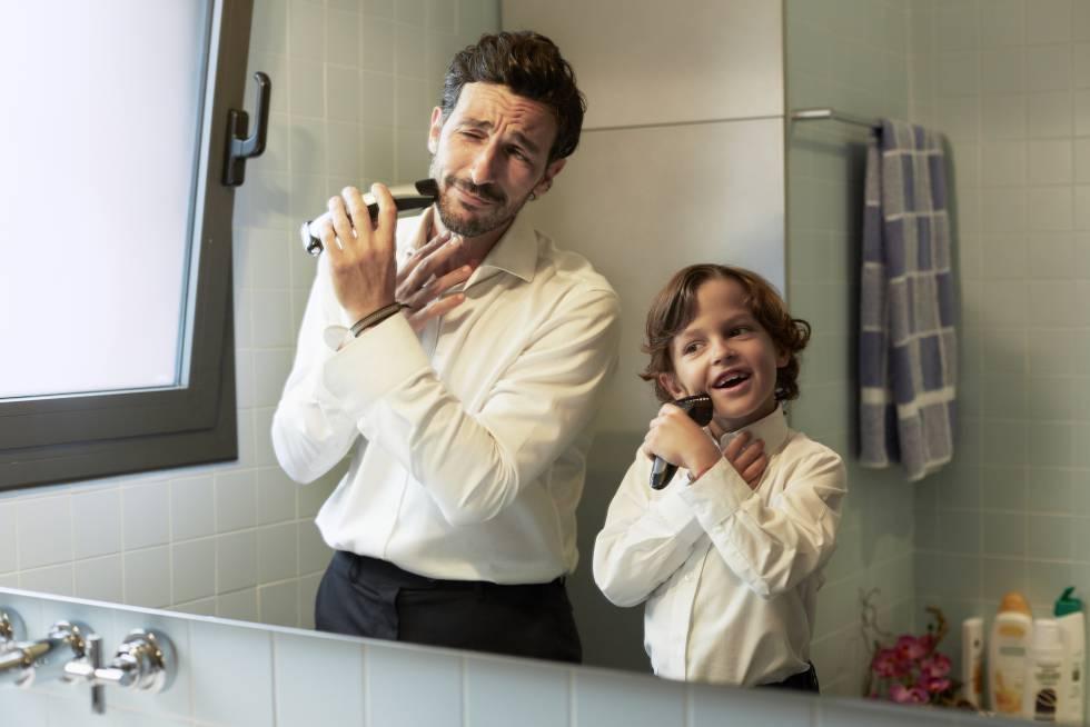 Un padre se afeita con su hijo.