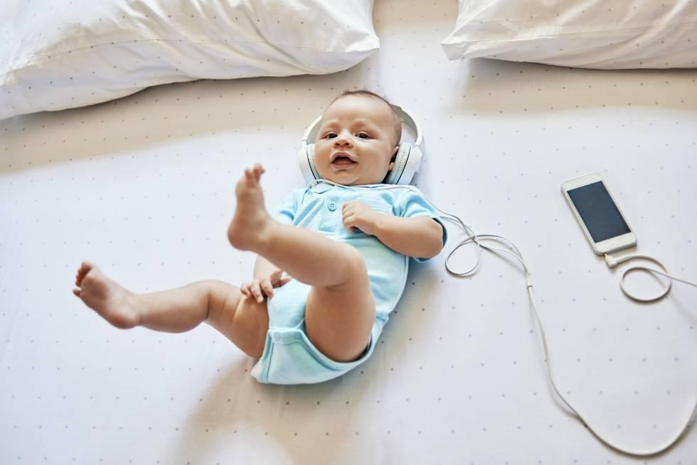 Un bebé disfruta de la música.