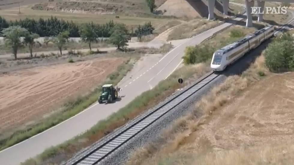 Un tractor adelanta al tren de alta velocidad a su paso por Teruel