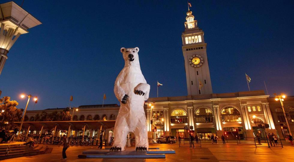 La escultura de un oso polar frente al Ferry Building de San Francisco ha sido uno de los símbolos de la Cumbre de Acción Global del Clima.