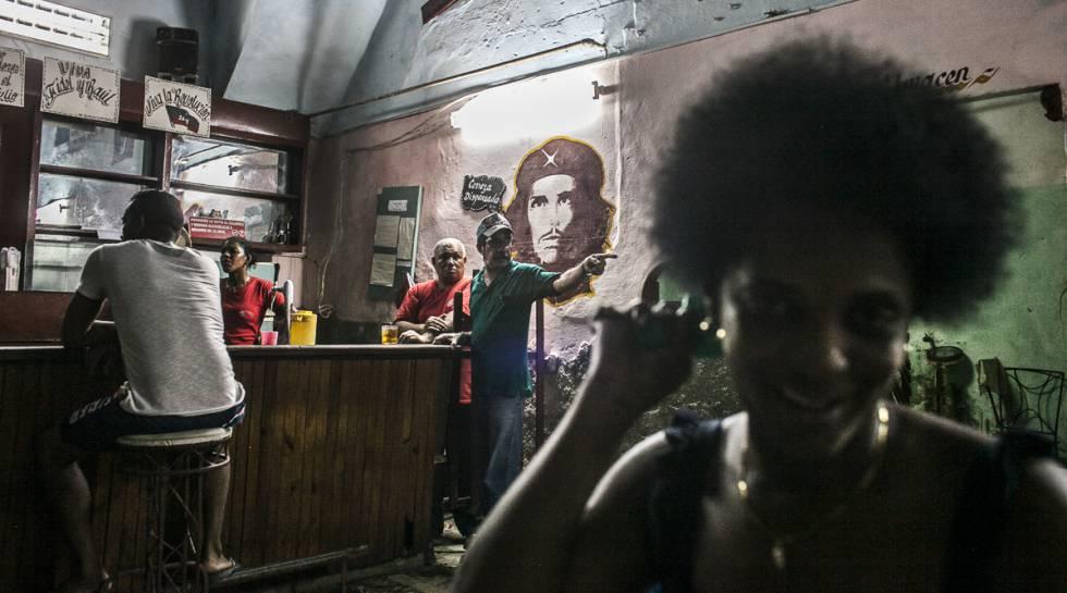 Arlen tomándose un descanso en uno de los bares estatales en Habana Vieja.