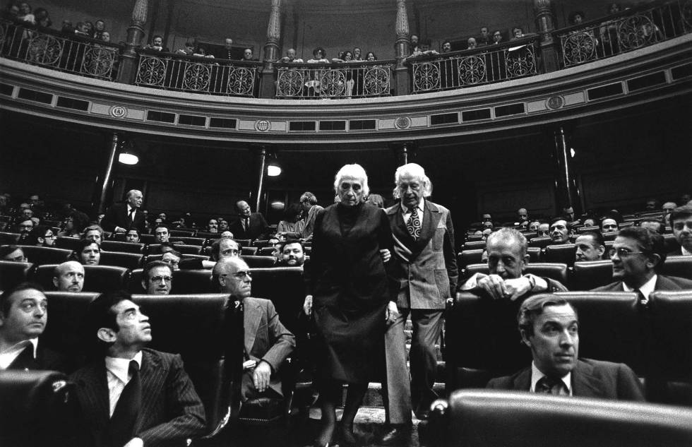 Dolores Ibarruri y el poeta Rafael Alberti en el Congreso de los Diputados.