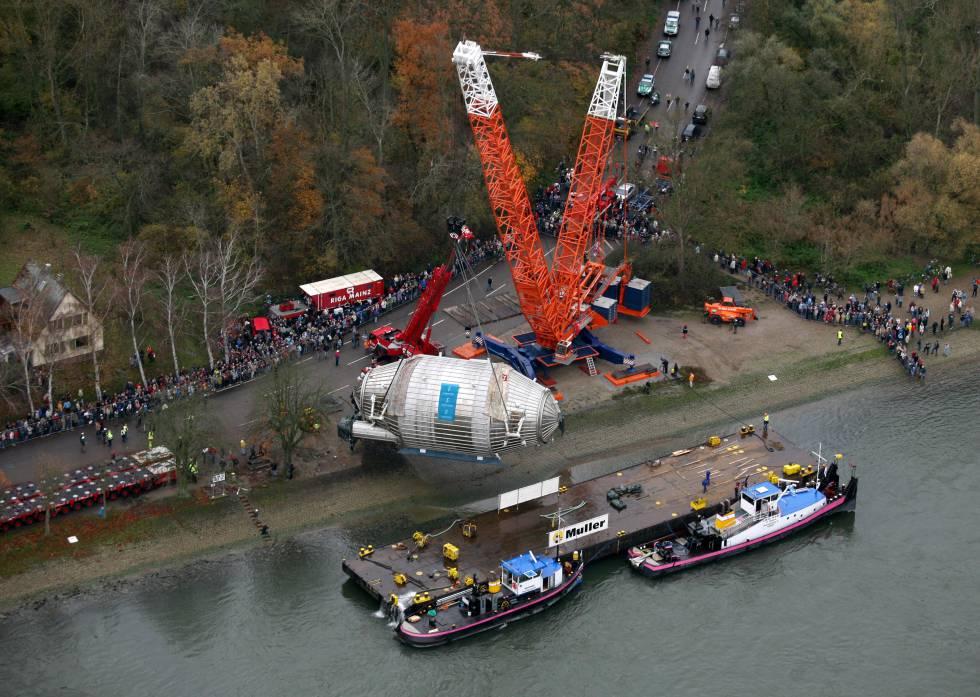 Desembarco del espectrómetro principal de Katrin en el puerto de Leopoldshafen, el último día de su viaje.