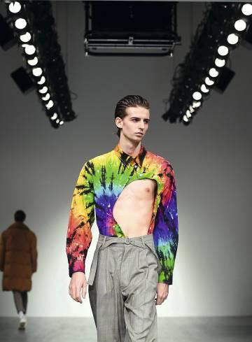 Alex Mullins convierte el 'tie-dye' en algo un poco más sexi.