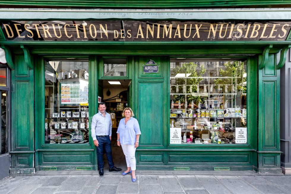 Julien y Cécile, cuarta generación de esta tienda especializada en pesticidas y trampas.