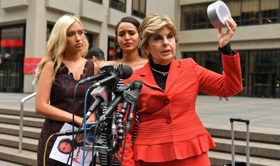 La abogada Gloria Allred junto a las ex animadoras del equipo Houston Texas, en Nueva York, el pasado junio.