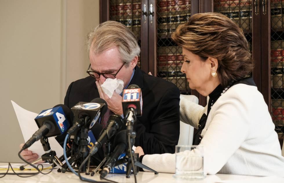 La abogada Gloria Allred en una rueda de prensa junto a otro de sus clientes, Ken Fox, presunta víctima del actor Redmond O'Neal, en Los Ángeles, el pasado 6 de spetiembre.