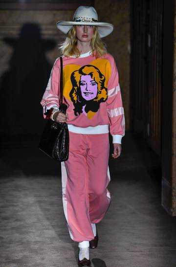 Una modelo desfila un atuendo de Gucci en la Semana de la Moda de París 2018 823b86e5ae79