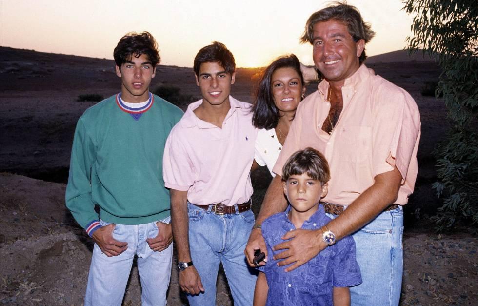 Carmen Ordónez y Julián Contreras en una imagen de archivo junto a Fran y Cayetano Rivera y Julián, el pequeño de los hermanos.
