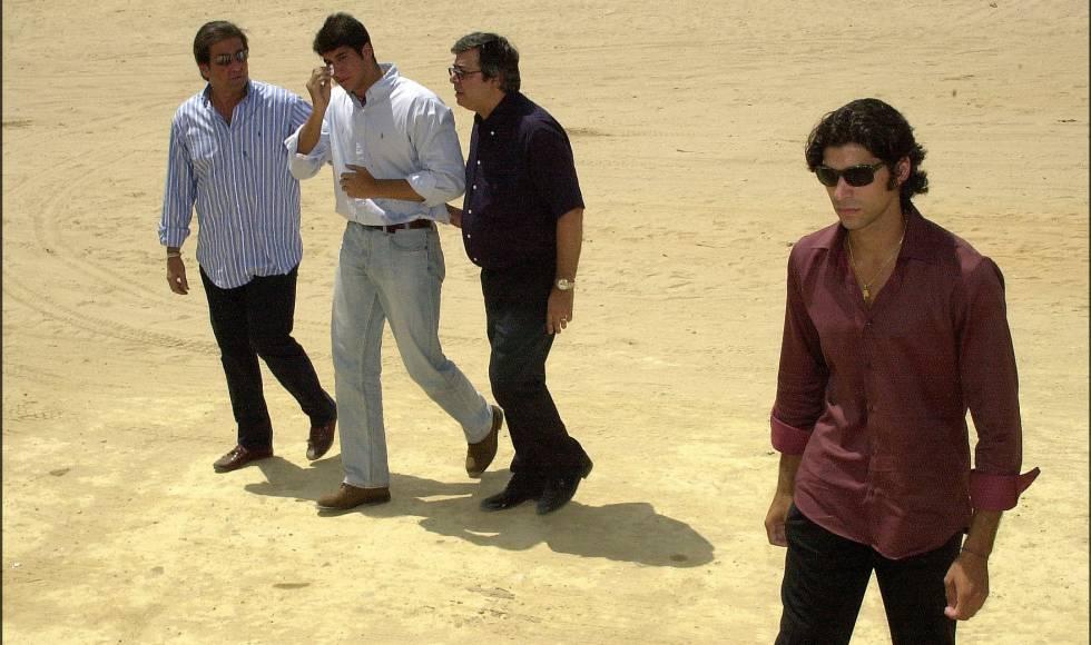 En primer plano Cayetano Rivera y detrás, Julián Contreras con su padre y otro familiar en el Rocío el día que depositaron las cenizas de Carmina Ordóñez.