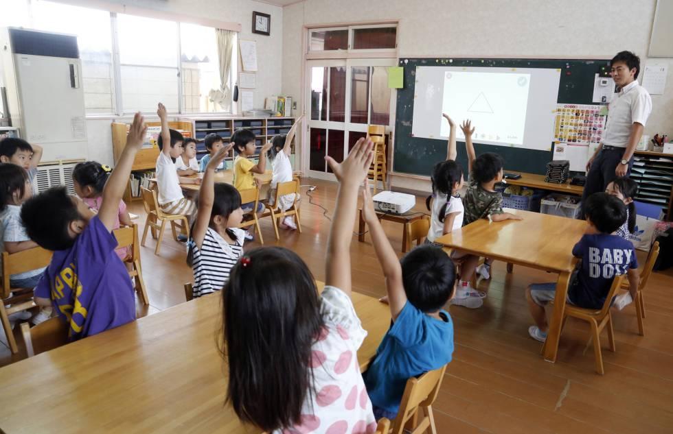 Un grupo de niños reciben un curso de tecnología en una escuela de Tokio.