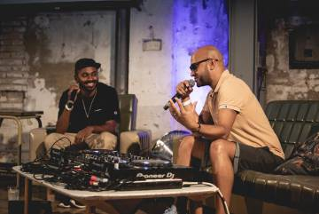 Arriba, una vista de las conferencias del ciclo Boiler Room x Ballantine's True Music Forum celebrado en Valencia. Abajo, el músico George Evelyn, de Nightmares on Wax, en una de las charlas de Boiler Room x Ballantine's True Music Forum.