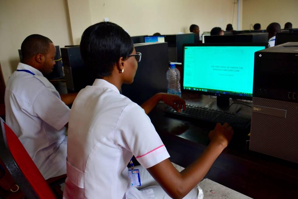 Alumnos del programa de formación on line de Amref acceden al conocimiento a través de los ordenadores o teléfonos móviles.