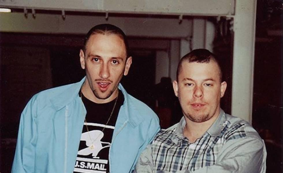 Miguel Adrover (izquierda) y Alexander McQueen, en Nueva York a mediados de los noventa, cuando el mallorquín abrió una tienda emblemática, Horn, donde se vendían las creaciones del británico.