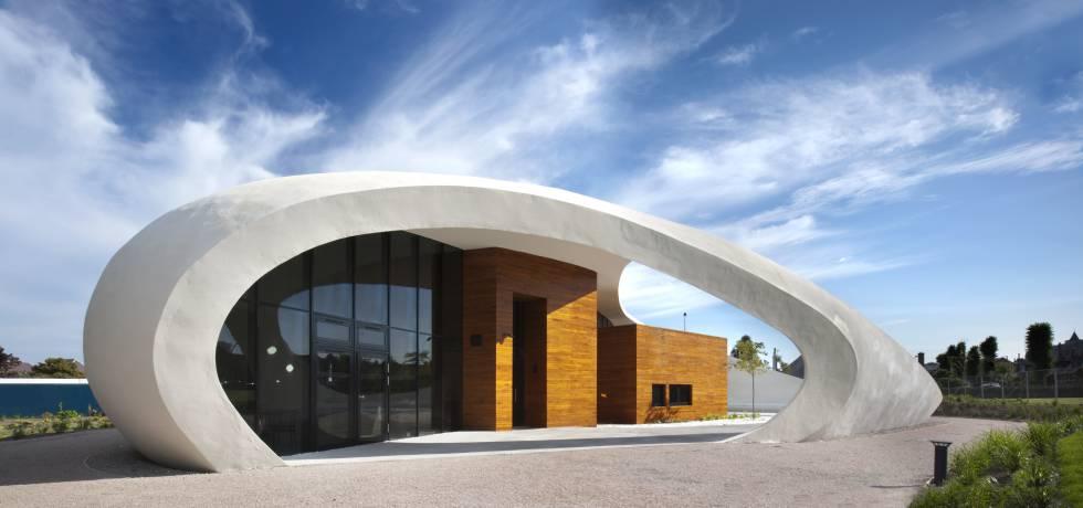 En Aberdeen, en Gales, está el centro diseñado por el estudio Snøhetta, un edificio ligero sin techo en su interior.