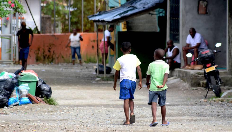 Dos niños pasean por las calles sin asfaltar del barrio Kennedy, en Quibdó.