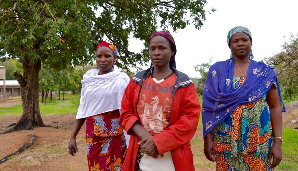 De izquierda a derecha: Nihanta Ndikawa, Mogzo Ngayawa y Bassa Razoua, líderes de las mujeres de Barek, en los montes Mandara, dicen que no tienen los medios para que sus hijas estudien, de ahí que solo les quede casarlas lo antes posible.
