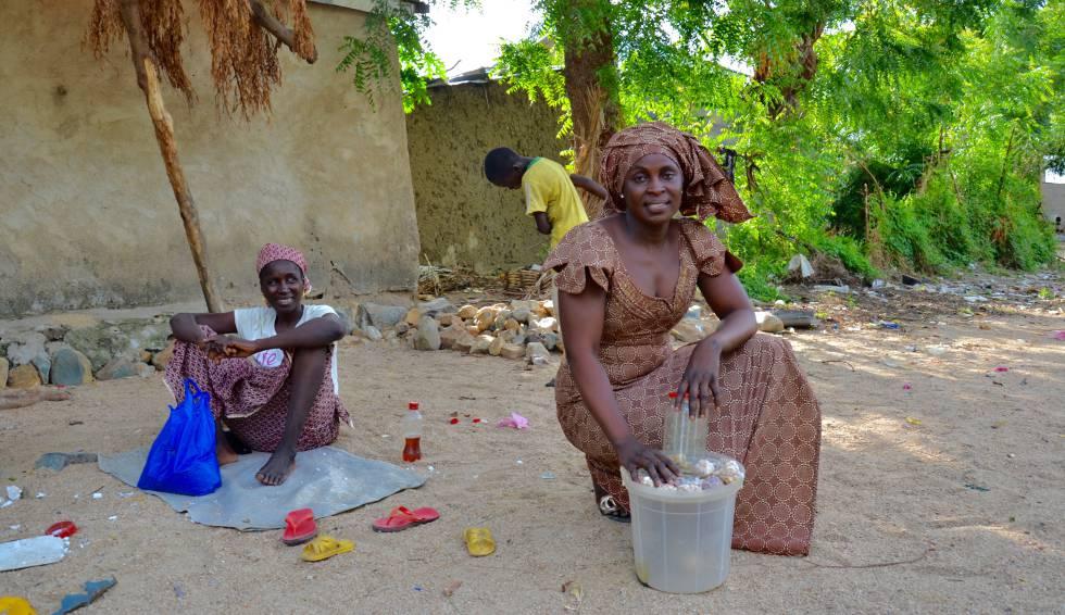Ange Lamta Prafe en el cruce cercano a su casa en Maroua donde vende los cacahuetes tostados para conseguir financiación para sus estudios.