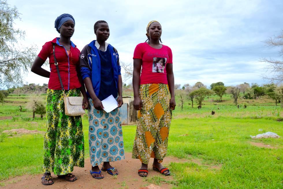 De izquierda a derecha: Yvone Ngatsiya, Monika Tasou'ou y Fekui Wahgou en Barek, en los montes Mandara, quieren ir a la universidad pero sus padres prefieren que vayan sus hermanos.