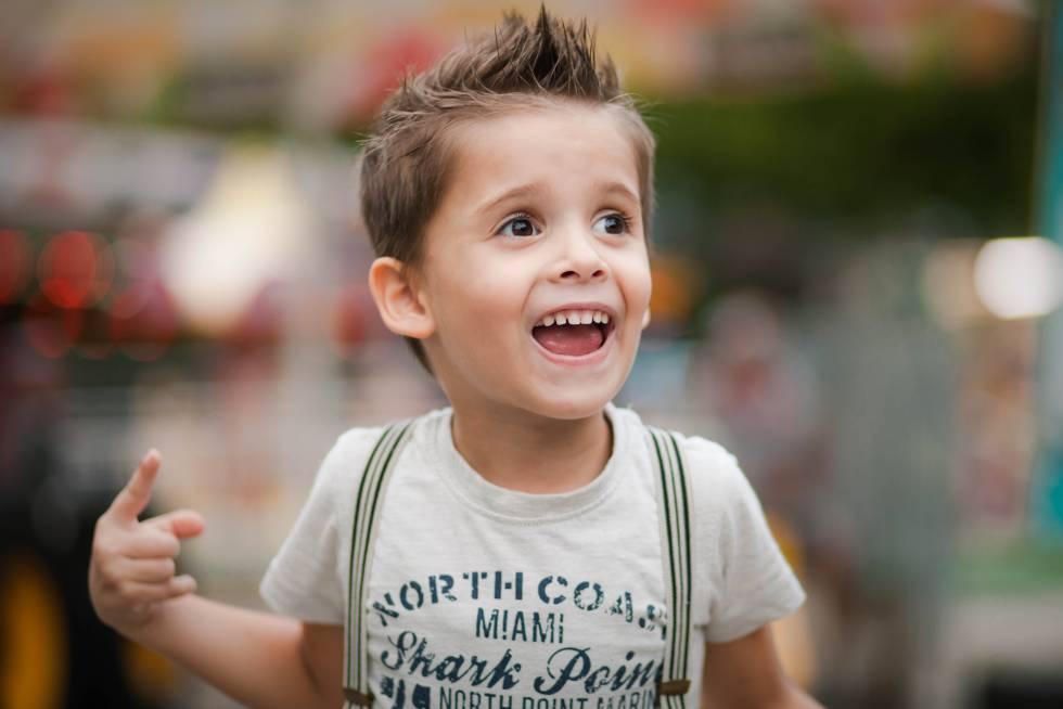 Un niño intenta hablar.