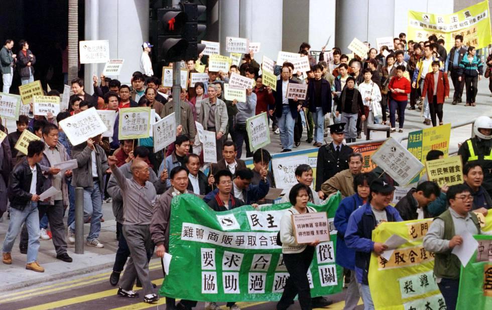 Un grupo de granjeros chinos protestan por las calles de Hong Kong para pedir más compensaciones por las pérdidas causadas por la gripe aviar, en enero de 1997.