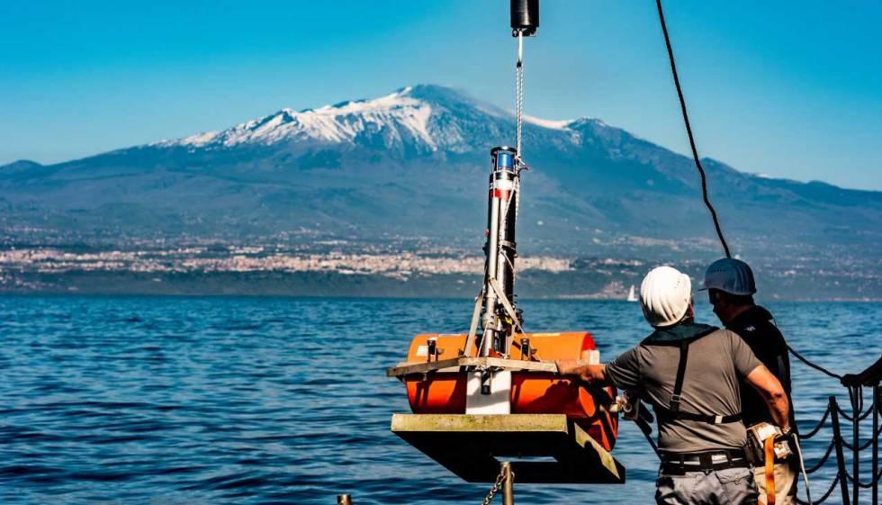 Investigadores colocan instrumentos de medición ao lado do Etna