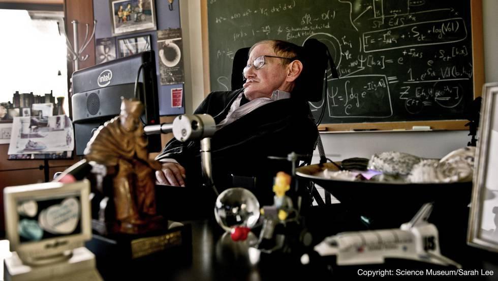 """El último estudio de Stephen Hawking: """"Los agujeros negros tienen pelo suave"""""""