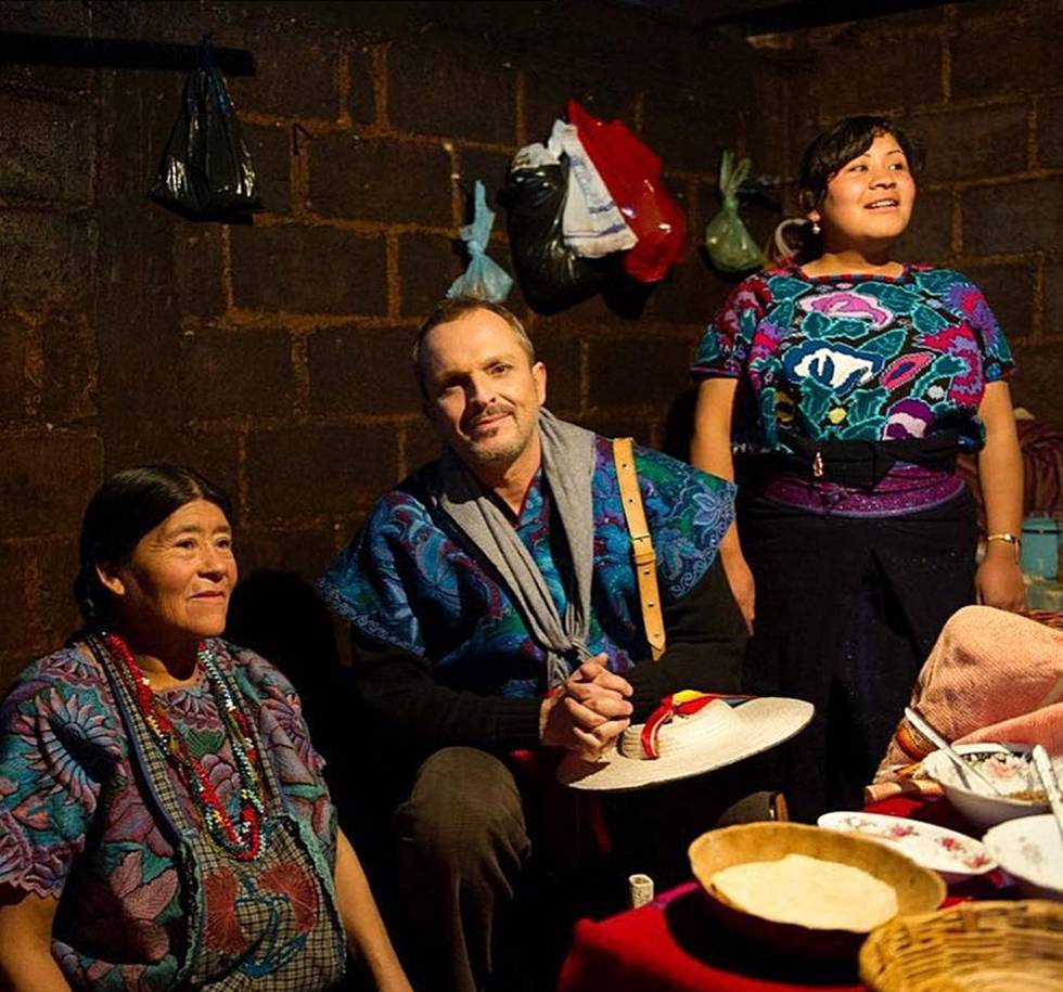 Miguel Bosé, junto a dos mujeres de la organización Patrimonio Indígena MX, el pasado agosto.