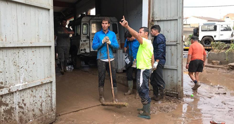 Tennis player Rafael Nadal helps with the clean-up operation in Sant Llorenç on Wednesday.