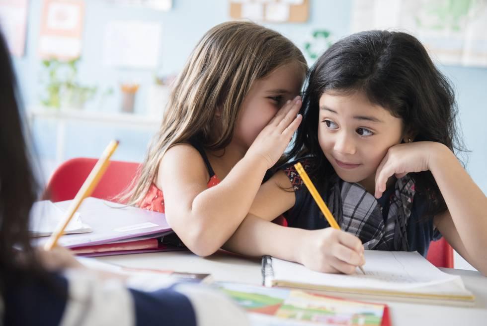 Dos niñas en clase.