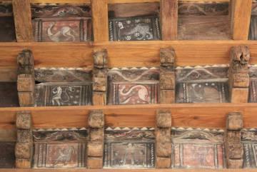 El techo de la Catedral de San Leónce, en Fréjus, alberga un conjunto de criaturas monstruosas.