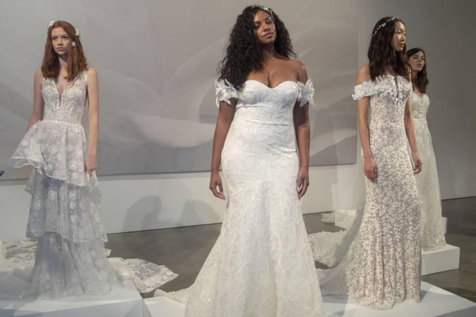 Tres modelos de la firma Pronovias, en su primera presentación en Nueva York, en una galería de arte de la ciudad.