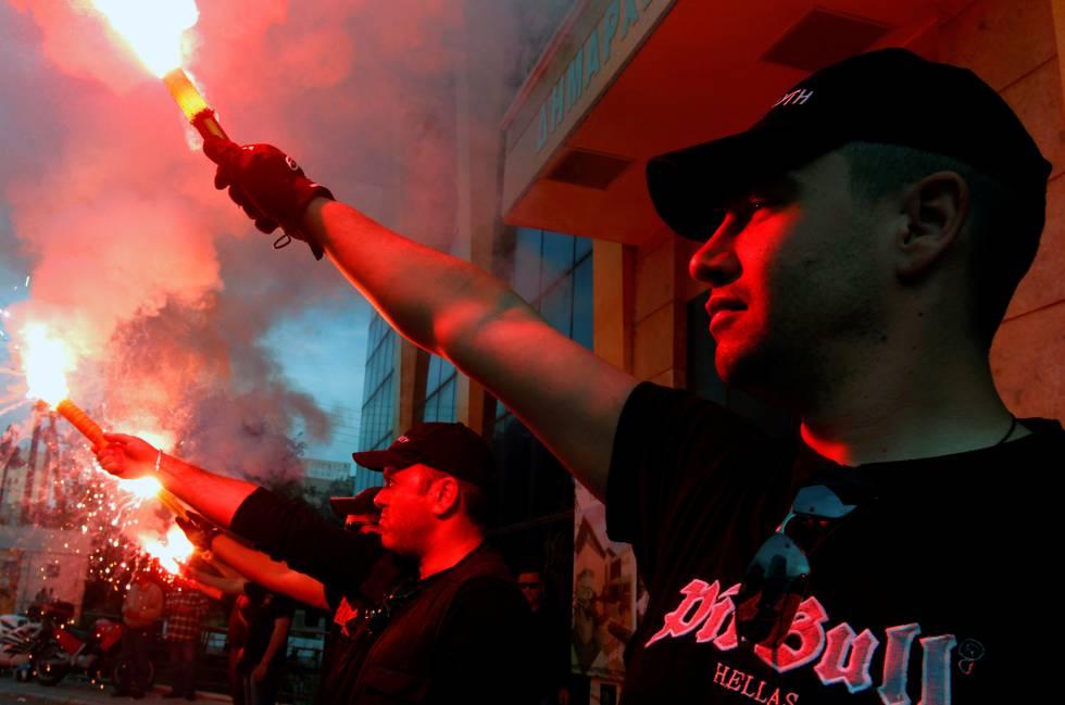 Miembros del partido neonazi griego Aurora Dorada, en un acto de campaña en Atenas en 2012.
