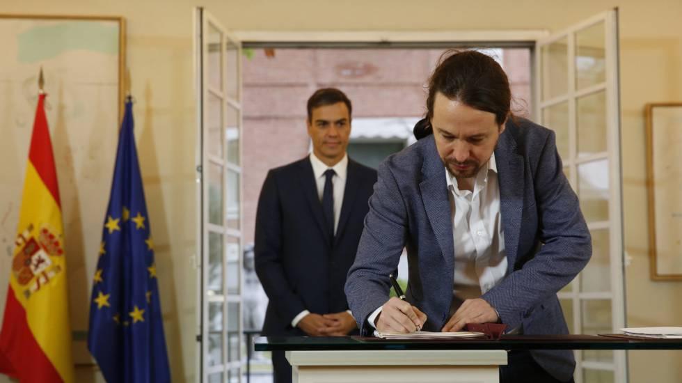 El presidente del Gobierno, Pedro Sánchez, y el secretario general de Podemos, Pablo Iglesias, durante la firma del acuerdo sobre el proyecto de Presupuestos.