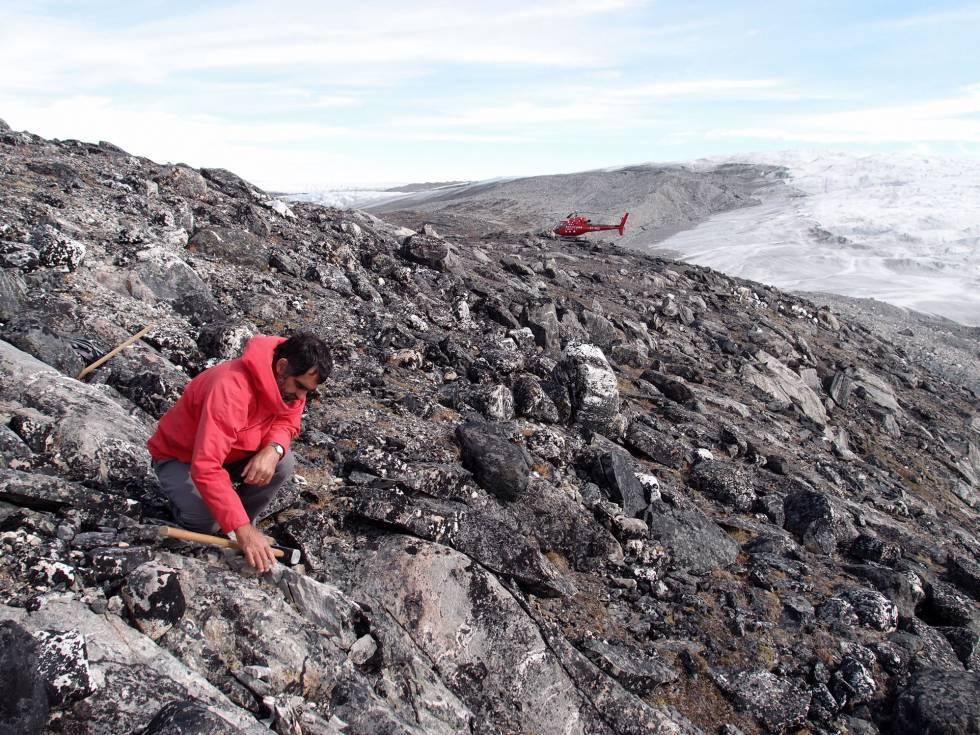 Allen Nutman analizando la formación geológica de hace 3.700 millones de años en Groenlandia.