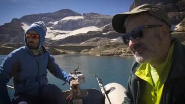 Blas Valero (derecha) y Miguel Bartolomé en el lago de Marboré.